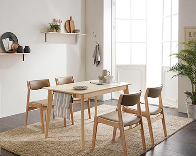 Bộ bàn ăn 4 ghế IBIE Naju màu tự nhiên - Nâu 4.355.300đ (- 37 %)Chất lượng xuất khẩu Hàn quốc.- Chất liệu chính làm từ gỗ cao su- Mặt bàn gỗ MDF phủ veneer sồi sang trọng- Kết cấu chắc chắn, gia công tỉ mỉ.- Bộ gồm các loại 4, 6, 8 ghế với nhiều kích thước bàn. Giới thiệu bộ bàn ăn 4 ghế Naju màu tự nhiên Bộ bàn ăn Naju gồm 1 bàn và 4 ghế, kích thước vừa đủ để không chiếm quá nhiều diện tích của phòng ăn. Chỉ cần một góc nhỏ với bộ bàn ăn, bạn đã có một bữa cơm gia đình đầm ấm. Thiết kế mang phong cách Hàn quốc rất phù hợp với căn hộ chung cư, đặc biệt là các gia đình trẻ. Tuy đơn giản nhưng bộ bàn ăn này vẫn  mang đến vẻ đẹp sang trọng, hiện đại cho không gian nhà bạn.Bộ bàn ăn Naju được thiết kế tinh xảo với tone màu tự nhiên, gần gũi với thiên nhiên tạo cảm giác yên bình cho không gian ngôi nhà bạn. Màu tự nhiên không quá sáng cũng không quá tối, dễ dàng phối màu với các đồ nội thất khác.Bộ bàn ăn Naju được sản xuất trên dây chuyền hiện đại, nhằm đáp ứng các tiêu chuẩn khắt khe của những thị trường xuất khẩu khó tính như Mỹ, Nhật, Châu Âu... Nguyên liệu chính là gỗ cao su đã qua chế biến chống cong vênh mối mọt, đạt trình độ thẩm mỹ và có độ bền rất cao. Lưng và mặt  ghế có nệm dày, vỏ bọc simily cao cấp tạo cảm giác êm ái, thoáng mát cho người ngồi.Bộ bàn ăn Naju có 2 màu là tự nhiên và màu walnut, giúp bạn dễ dàng chọn được màu sắc ưng ý và phù hợp với thiết kế nội thất trong nhà. Ngoài ra, mẫu bàn này có nhiều kích thước từ 1m2 đến 1m8, tạo thành bộ bàn ăn 4 ghế, 6 ghế hoặc 8 ghế, giúp bạn chọn được bộ phù hợp với diện tích và nhu cầu của gia đình mình.CHẾ ĐỘ BẢO HÀNH: 12 tháng. THỜI GIAN GIAO HÀNG: Từ 1-3 ngày