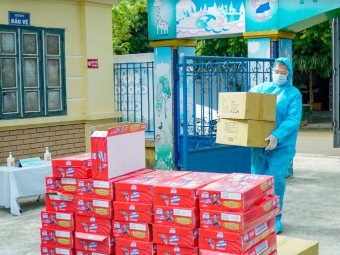 Trong dịp này, 24.000 hộp sữa trái cây Hero của Vinamilk được gửi đến các em nhỏ.
