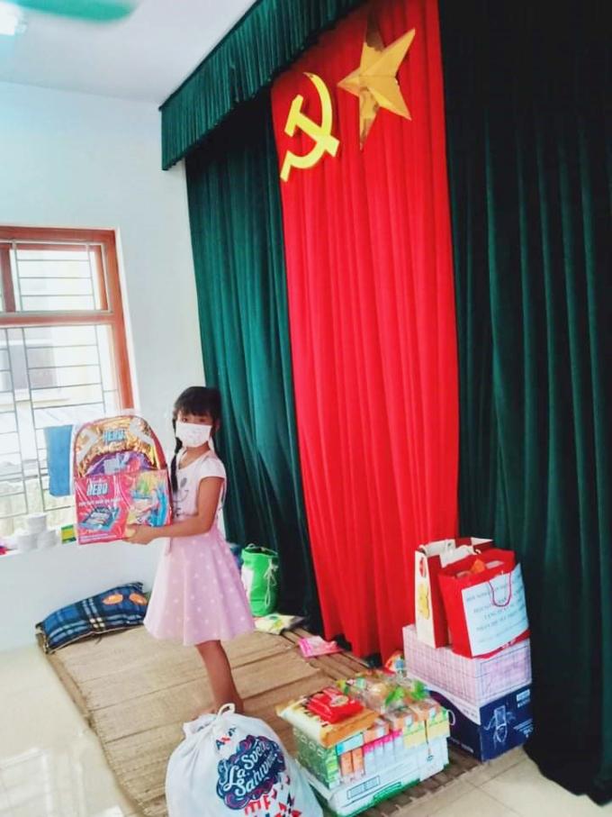 Một em nhỏ tại Hà Nam thích thú nhận quà 1/6 từ Vinamilk.