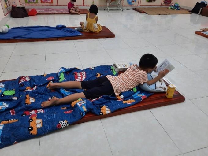 Trong những ngày cách ly, mỗi bé ở một giường, cách nhau hai mét. Ảnh: Trường mầm non Lê Lợi.
