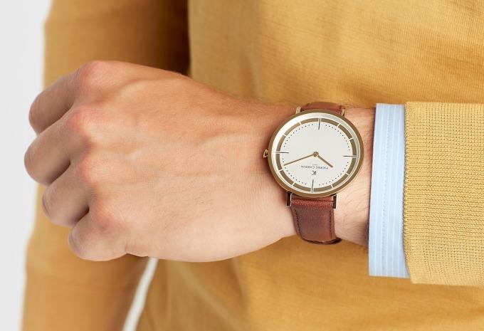 Đồng hồ nam Pierre Cardin CBV.1031 cũng có giá giảm 50% còn 1,8 triệu đồng, giá gốc đến 3,6 triệu đồng. Mặt kính khoáng chống va đập và trầy xước với đường kính 41 mm, hợp với hầu hết cỡ cổ tay của phái mạnh. Dây đeo da màu nâu phối mặt số màu trắng và các chi tiết vạch số màu vàng đồng sang trọng. Kiểu dáng trang nhã, dễ phối với nhiều kiểu trang phục, đa dạng phong cách.