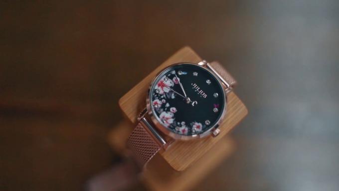 Đồng hồ nữ Julius Hàn Quốc JA-1164LG nổi bật với thiết kế mặt số màu đen kèm họa tiết khảm hoa đào nữ tính. Viền và dây đeo đều làm từ hợp kim thép không gỉ mạ IP màu vàng hồng sang trọng. Đường kính mặt 28 mm. Sản phẩm có giá giảm 28% còn 899.000 đồng (giá gốc 1,249 triệu đồng).