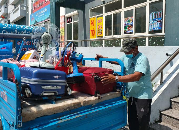 Ông Minh Cô Đơn nhận chở cho những sinh viên nhiều đồ đạc cồng kềnh đi chặng đường xa. Ảnh: Huân Nguyễn.
