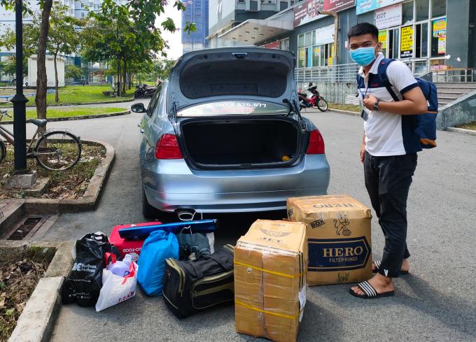 Chiếc ô tô nhỏ của Ngọc Huân 4 ngày qua đã chạy hơn trăm cuốc chở đồ miễn phí cho sinh viên. Ảnh: Huân Nguyễn.