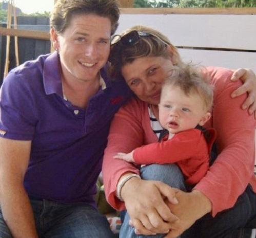 Alex cùng vợ và con trai trước khi bị tai nạn. Ảnh: Alex Lewis.