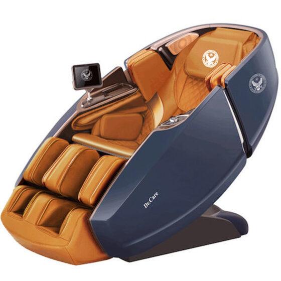 Ghế massage Phi Thuyền Vũ Trụ SS 919X – Màu xanh – Nội thất nâu vàng - Xanh 269.000.000đ (- 46 %)Thiết kế theo mẫu ghế dành cho phi hành gia, ghế cung cấp chế độ massage 4 chiều: ngang, dọc, sâu và lơ lửng không trọng lực tiến về phía trước. Khi massage, cơ thể của người dùng được nhấc bổng lên khỏi mặt đất, trượt lên phía trước, tạo ra một cảm giác lơ lửng trong không gian, như đang bay vào vũ trụ.  Ghế trang bị hai máy massage với hệ thống con lăn, túi khí xoa bóp, đấm bóp di chuyển từ đỉnh đầu đến bên dưới vùng mông đùi theo hình chữ L và bấm huyệt lòng bàn chân.Ghế có chức năng xông nóng và trang bị nhiều cảm biến: tự động điều chỉnh to nhỏ theo kích thước người dùng, cảnh báo có vật lạ xung quanh ghế, dò tìm vị trí cần massage, loa nghe nhạc, khay sạc điện thoại di động... giúp người dùng thư giãn tối đa. Ghế có thể điều khiển qua màn hình cảm ứng 8 inch và ứng dụng trên điện thoại di động, máy tính bảng.  Ghế có trọng lượng 160 kg, kích thước 172,5 x 94 x 114 cm, sử dụng nguồn điện 220 V, hoạt động không gây tiếng ồn. Ghế tích hợp nhiều chương trình massage thích hợp với nhiều lứa tuổi. Thời gian bảo hành 10 năm cho toàn bộ ghế và máy massage.