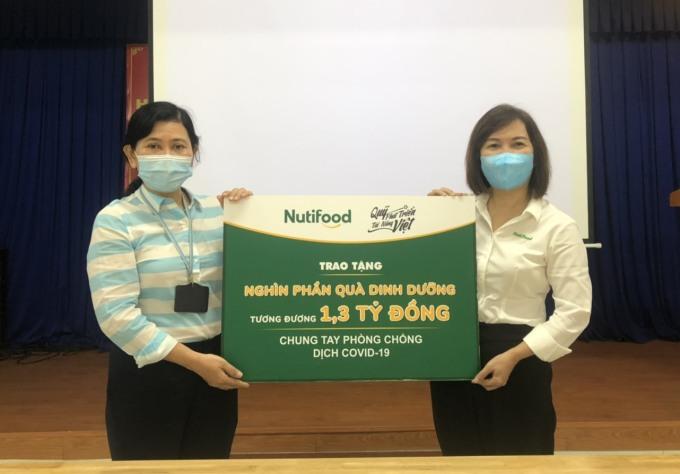 Đại diện lãnh đạo Sở Y tế TPHCM tiếp nhận các sản phẩm dinh dưỡng được Nutifood trao tặng ngày 2/6. Nguồn:Nutifood