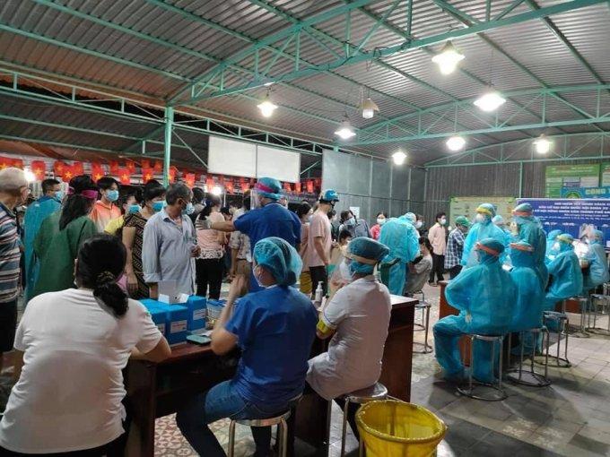 Các y bác sĩ lấy mẫu xét nghiệm cho hàng ngàn người dân phường Thạnh Lộc, quận 12. Ảnh: Nutifood.