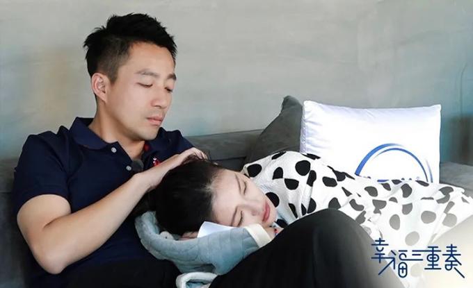 Uông Tiểu Phi an ủi vợ là nữ diễn viên Từ Hy Viên khi cô có cảm xúc không ổn định. Ảnh: chinanews.