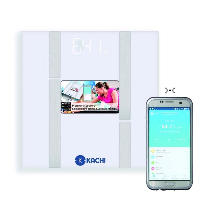 Thêm một mẫu cân điện tử Kachi MK-134 có khả năng kết nối và gửi các chỉ số cơ thể vào điện thoại thông minh. Cân thiết kế màu trắng đơn giản, gọn nhẹ chỉ 1,14 kg, mặt kính cường lực dày 0,5 mm. Sản phẩm có thể cân được trọng lượng tối đa 180 kg, thích hợp sử dụng trong gia đình hoặc phòng khám. Sản phẩm có giá giảm 30% còn 279.000 đồng (giá gốc 399.000 đồng).