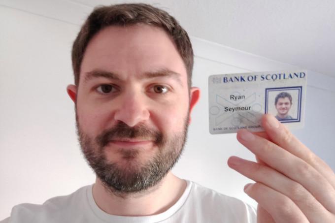 Ryan khoe thẻ nhân viên trong chiếc ví bị mất từ 20 năm trước của mình. Ảnh: NVCC.
