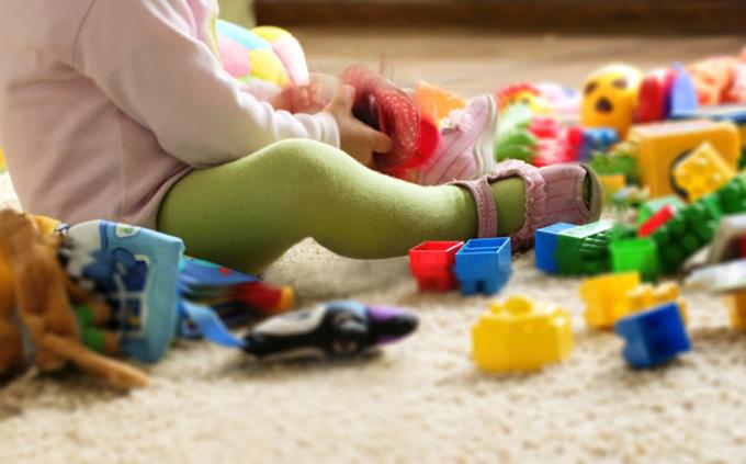 Ném đồ là thói quen thường thấy của trẻ dưới 3 tuổi. Ảnh: qq
