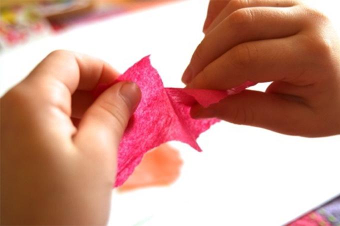 Xé giấy giúp trẻ tư duy tốt hơn. Ảnh:Inner Child Fun.