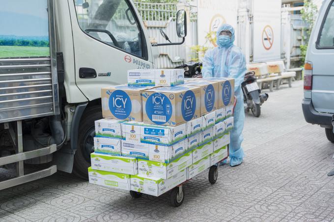 Các sản phẩm gồm sữa tươi, nước, sữa trái cây Vinamilk đã kịp thời tiếp sức cho tổ công tác lấy mẫu, xét nghiệm, cán bộ tuyến đầu TP.HCM đang làm việc bất kể ngày đêm