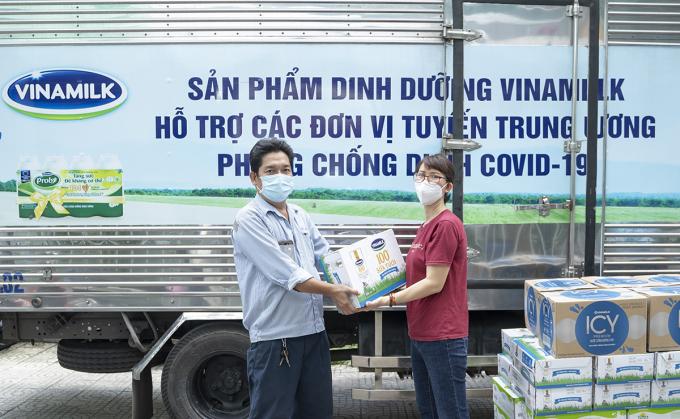 Đại diện Trung tâm Y tế quận Gò Vấp (bên phải) nhận các sản phẩm do Vinamilk hỗ trợ để chuyển đến các y bác sĩ, nhân viên y tế đang làm nhiệm vụ.  . Ảnh: XIN TÊN NGƯỜI CHỤP