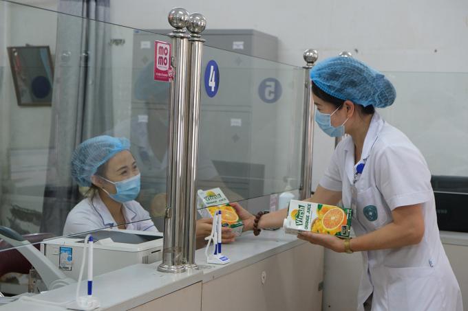 Các sản phẩm của Vinamilk cũng đã tiếp sức cho các bác sĩ tại Hà Nội hồi tháng 5. Ảnh: XIN TÊN NGƯỜI CHỤP