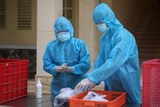 Các y bác sĩ làm việc tại khu cách ly tiếp nhận những trường hợp có liên quan chuỗi lây nhiễm Hội thánh Truyền giáo Phục hưng. Ảnh: Hữu Khoa.