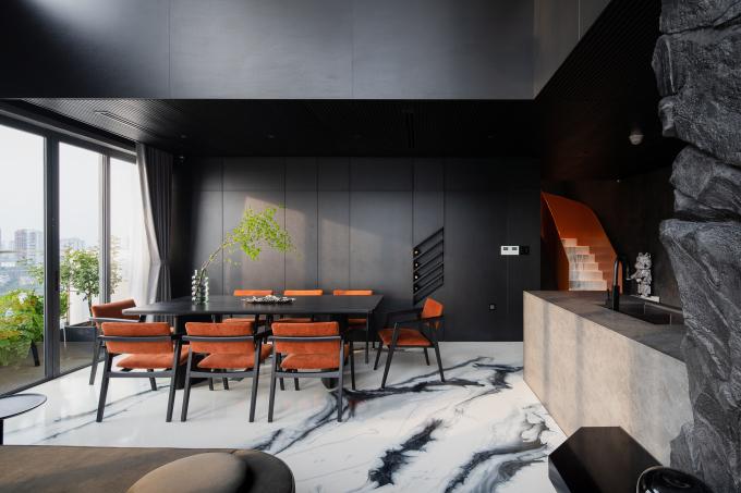 Không gian sử dụng chủ yếu màu đen, nhấn nhá bằng màu cam đặc trưng của hãng Hermes.
