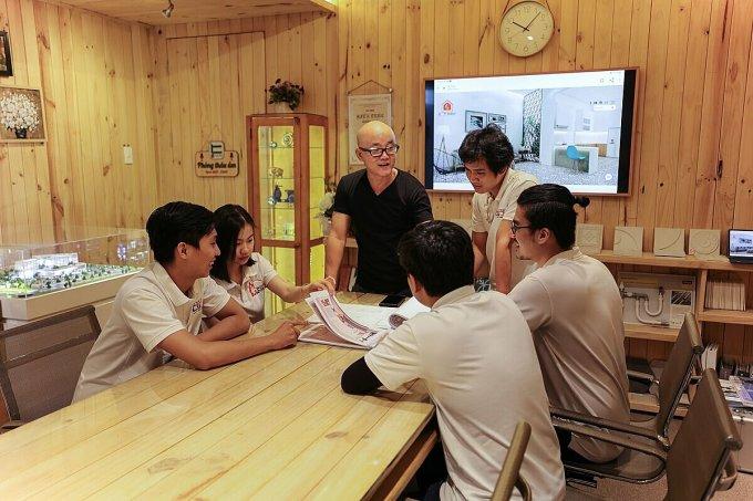 Nhóm kiến trúc sư của công ty có 9 người, 3 người chọn làm việc ở nhà, 5 người chọn ở lại công ty trong đó có giám đốc Truyền (áo đen). Ảnh: Cát Mộc.