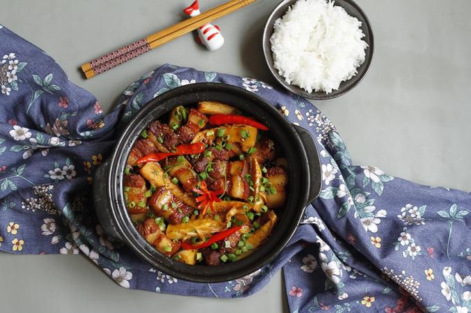 Thịt kho măng mềm, đậm đà, măng ngon giòn thấm vị mặn ngọt hài hòa, màu sắc hấp dẫn rất đưa cơm ngày hè. Ảnh: Bùi Thủy.