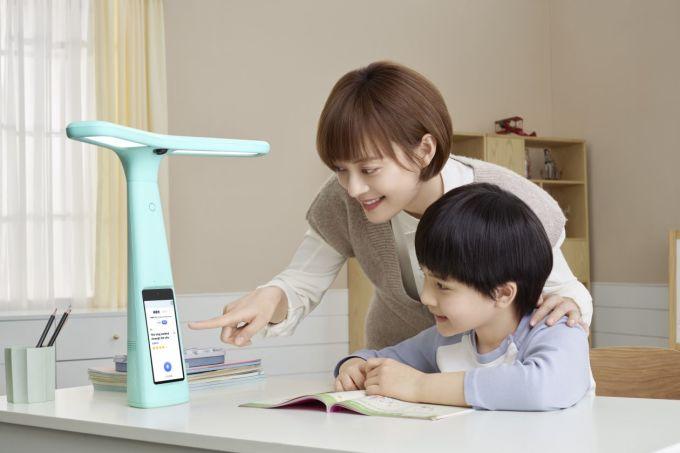 Sản phẩm Đèn làm bài tập thông minh đang nhận được những ý kiến trái chiều từ chính các phụ huynh Trung Quốc. Ảnh: ByteDance.