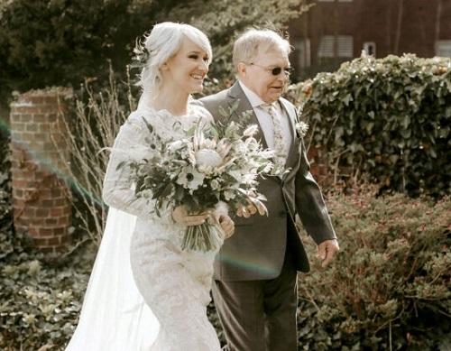 Edward Strycharz dắt tay con gái dưới lối đi trong khu vườn của bệnh viện. Ảnh: SWNS.