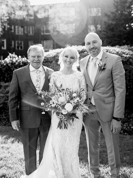 Alesha hạnh phúc khi có bố bên cạnh trong ngày trọng đại nhất đời mình. Ảnh: SWNS.