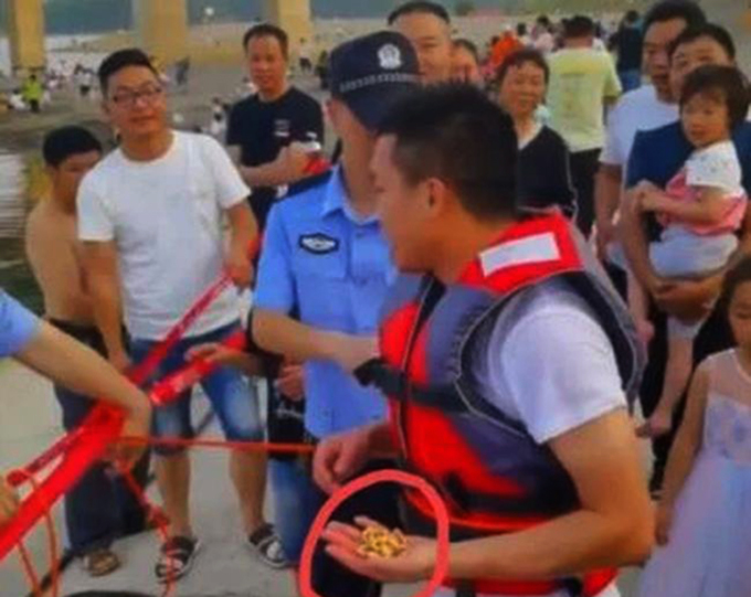 Lưu Yến Xuyên tìm lại được sợi dây chuyền sau khi cứu hai em nhỏ suýt chết đuối. Ảnh: sina.