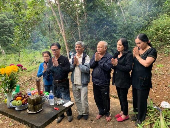 Ông Mẫn và vợ (ngoài cùng bên trái) thắp hương tưởng niệm liệt sĩ ở lòng hồ Daklop huyện Kbang, Gia Lai năm 2018. Ở đây, năm 2002, gia đình ông đã tìn thấy 8 hài cốt liệt sĩ. Ảnh nhân vật cung cấp.