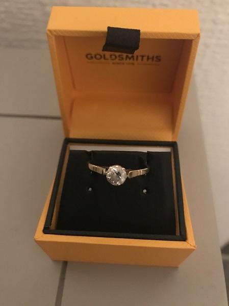 Chiếc nhẫn Graeme làm thêm mỗi cuối tuần để có tiền mua, cầu hôn bạn gái. Ảnh: SWNS.