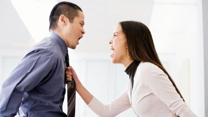 Khi cãi nhau, xúc phạm đối phương được sử dụng như một công cụ trút bỏ sự bất mãn để dành lấy ưu thế. Ảnh: shutterstock.