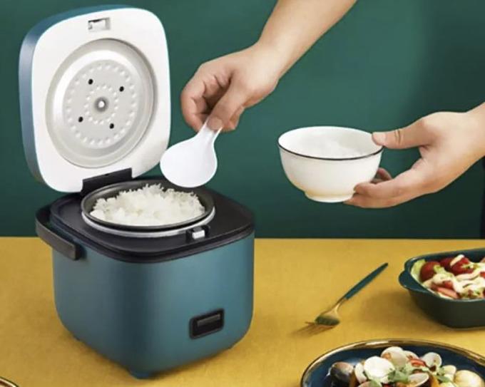 Nồi cơm điện mini Mishio MK265 dung tích 0,8 lít, công suất 200 W phù hợp nấu cơm, cháo, súp cho 1-2 người. Nồi thiết kế hình vuông, vỏ bằng nhựa PP, lòng nồi bằng hợp kim nhôm, có chia các mực nước. Nắp dạng gài, giúp kín hơi nên giữ nóng tốt hơn. Nồi dễ sử dụng với nút nhấn cơ. Sau khi cơm chín, nồi sẽ tự động chuyển qua chế độ giữ ấm. Sản phẩm có các màu Trắng, Hồng, Xanh đậm, Nâu đậm, đang được bán với giá 549000 đồng