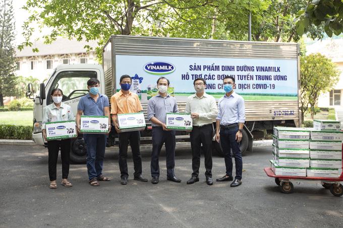 Một chuyến xe chở sản phẩm dinh dưỡng của Vinamilk nhằm tiếp sức tuyến đầu chống dịch. Ảnh: XIN TÊN NGƯỜI CHỤP