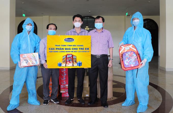 Ngày 1/6 vừa qua, Vinamilk đã tặng sữa và đồ chơi cho trẻ em đang phải cách ly vì Covid-19 tại 7 tỉnh phía Bắc. Đại diện của Vinamilk trao quà cho đại diện của đại diện tỉnh Bắc Giang để gửi tặng các bé. Ảnh: Lê Danh Lam.
