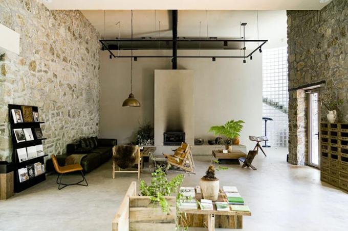 Một góc trong căn phòng đọc sách. Tất cả đồ gỗ và thiết kế đều do nhóm bạn 6 người thực hiện. Ảnh: The paper.
