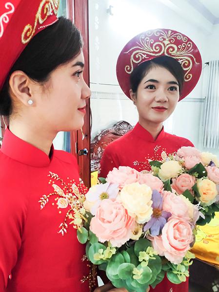 Cô dâu Thảo Trang được em chồng trang điểm và tự tay bó hoa cưới trong ngày trọng đại của mình. Ảnh: Nhân vật cung cấp.