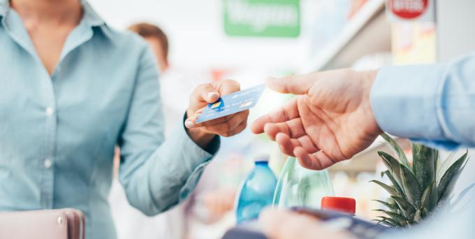 Ngoài yếu tố thuận tiện là không phải mang theo tiền mặt, hầu hết các thẻ tín dụng hiện nay đều cung cấp cho người dùng những giá trị gia tăng rất hấp dẫn. Ảnh: Shutterstock.