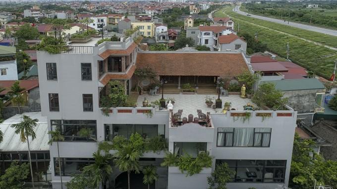 Biệt thự với ngôi nhà cổ của gia đình chị Liên nhìn từ trên cao.