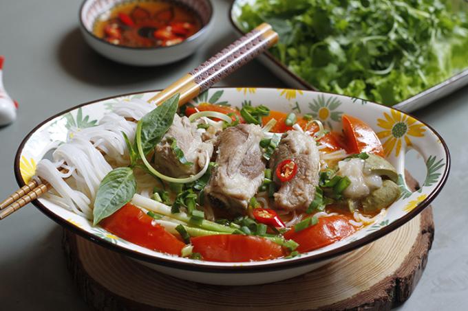 Món ăn có sườn thịt mềm, róc xương, đậm vị; nước dùng chua thanh vừa phải. Ảnh: Bùi Thủy.