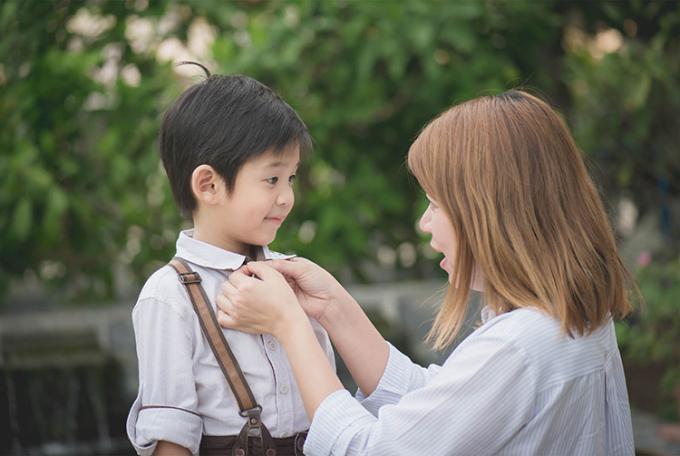 Cha mẹ luôn bên cạnh bảo ban con cái thực hiện thói quen tốt ngay còn nhỏ sẽ có lợi cho sự trưởng thành sau này của trẻ. Ảnh: 163.com