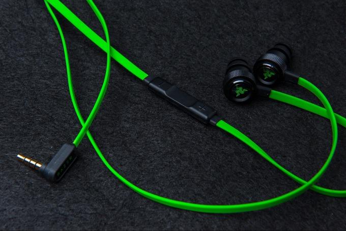 Tai nghe Razer Hammerhead Pro V2 Analog Gaming RZ04-01730100-R3A1 với màu xanh lá và đen đặc trưng thương hiệu, tạo cho sản phẩm vẻ ngoài cá tính. Đây là phiên bản thừa kế của Hammerhead Pro đời đầu với nhiều cải tiến. Đệm cao su êm ái, cách âm tốt, giúp game thủ tập trung vào trận đấu. Phần nút chỉnh âm lượng bọc cao su và nhựa. Dây dẹt chống rối hiệu quả, góp phần tăng tuổi thọ sản phẩm. Sản phẩm có giá 810.000 đồng, giảm 15% so với giá gốc.