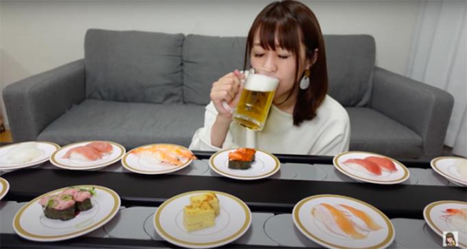 Nữ vlogger Reiranran thưởng thức sushi băng chuyền tại gia. Ảnh: NYTime