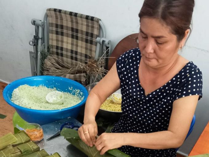 Bà Bích Vân đang gói bánh tại nhà ngày 11/6. Ảnh: Nhân vật cung cấp.