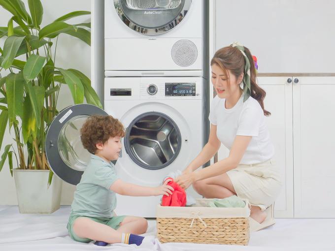 MC Thanh Phương không mất nhiều thời gian giặt giũ vì có trợ thủ là bộ đôi giặt sấy hiện đại.