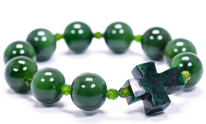 Vòng chuỗi mân côi nam ngọc bích màu xanh lá gồm những viên đá to xen kẽ viên nhỏ và một thánh giá. Giá gốc 2,5 triệu đồng, hiện ưu đãi 25% còn 1,869 triệu đồng.