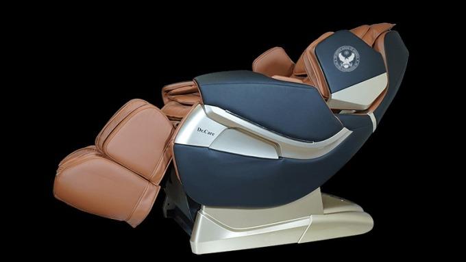 Ghế massage Dr.Care Atoz MC819 có giá giảm 34% còn 52 triệu đồng (giá gốc đến 79 triệu đồng). Thiết kế robot dựa theo mẫu ghế trên tàu vũ trụ, dành cho phi hành gia, ôm chặt bờ vai, vừa vặn. Ba bậc massage giúp xoa bóp từng bộ phận trên cơ thể. Vị trí đặt cánh tay thoải mái. Lòng bàn chân có những con lăn xoa bóp, vuốt, miết, ấn huyệt, xoáy sâu. Hệ thống massage di chuyển từ đỉnh đầu đến bên dưới vùng mông đùi, hỗ trợ quá trình lưu thông máu dễ dàng hơn, góp phần giảm đau lưng, đau nhức gáy, cổ...