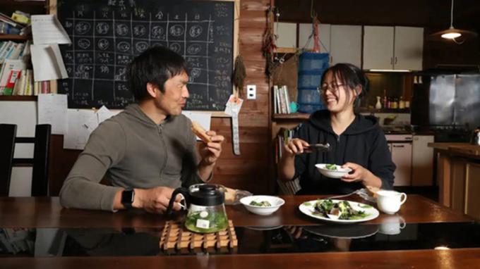 Kaneko và Abe thưởng thức bữa ăn với những nguyên liệu tự cung tự cấp. Ảnh: Nikkei Asia
