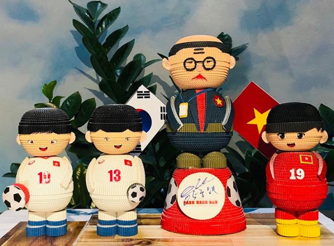 AFF cup năm 2018, chị Thương đã xếp hình huấn luyện viên Park Hang-seo và một số cầu thủ giới thiệu lên cộng đồng những người yêu đồ thủ công. Không ngờ một hãng hàng không đã liên hệ với chị để đặt hàng xếp hình tất cả 24 cầu thủ trong đội.