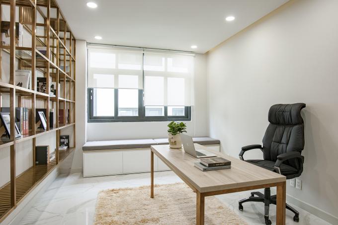 Một văn phòng làm việc tại gia kết hợp thư viện gia đình. Ảnh: ROOM+ Design & Build.
