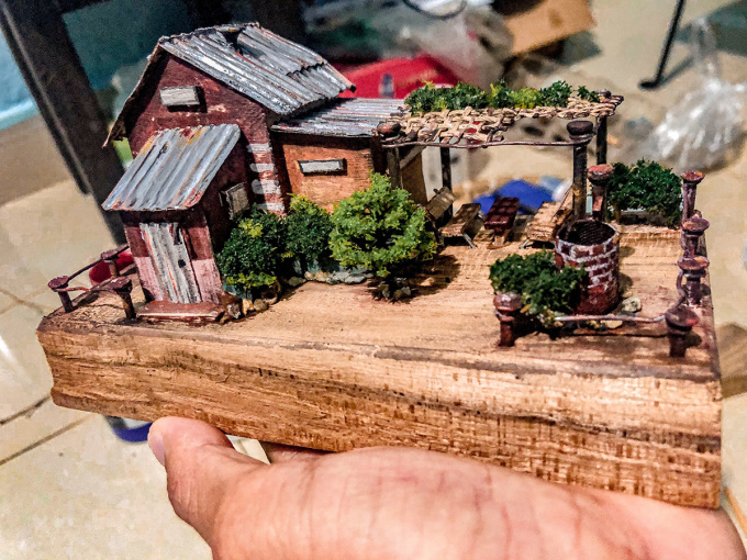 Một mô hình nhà mô phỏng kiến trúc đồng bằng Bắc bộ được làm từ gỗ vụn.
